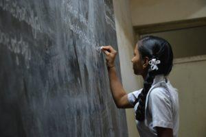黒板に書く女の子